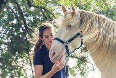 Flicka med en häst arkivfoton