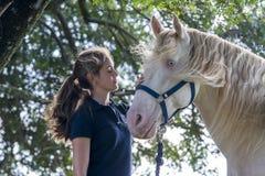 Flicka med en häst royaltyfria bilder