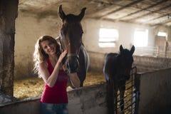 Flicka med en häst Arkivbilder