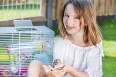 Flicka med en hamster Royaltyfria Foton