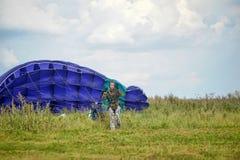 Flicka med en hoppa fallskärm, når att ha landat royaltyfri bild