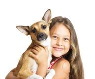 Flicka med en hund i henne armar Fotografering för Bildbyråer