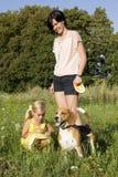 Flicka med en hund i parkera Royaltyfri Fotografi