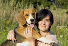 Flicka med en hund i parkera Fotografering för Bildbyråer