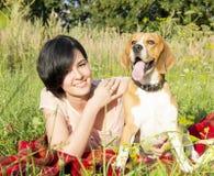 Flicka med en hund i parkera Royaltyfria Foton