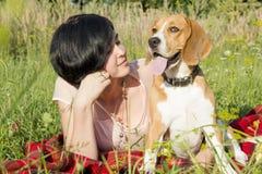 Flicka med en hund i parkera Royaltyfria Bilder
