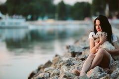 Flicka med en hund på promenaden Arkivbild