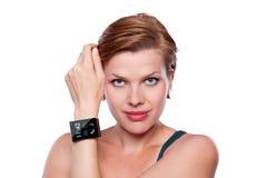 Flicka med en internetSmart klocka som isoleras på vit Arkivbilder