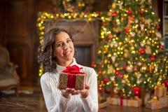 Flicka med en julgåva Royaltyfri Foto