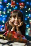 Flicka med en julgåvaask Arkivfoton