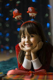 Flicka med en julgåvaask Royaltyfria Foton
