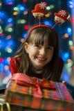 Flicka med en julgåvaask Fotografering för Bildbyråer