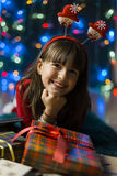 Flicka med en julgåvaask Royaltyfri Bild