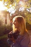 Flicka med en kamera Arkivbilder