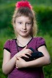 Flicka med en kamera i natur Royaltyfria Foton