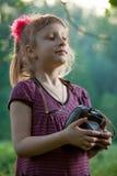 Flicka med en kamera i natur Royaltyfri Fotografi