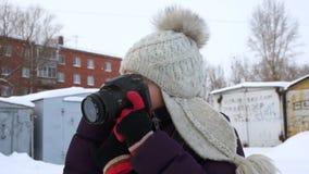 Flicka med en kamera på en vinterdag arkivfilmer