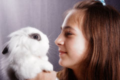 Flicka med en kanin Royaltyfri Bild