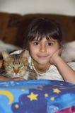 Flicka med en katt Arkivbilder