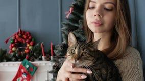 Flicka med en katt vid spisen nytt år lager videofilmer