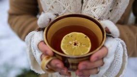 Flicka med en kopp av tea arkivfilmer