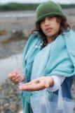 Flicka med en krabba Arkivbild
