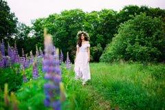 Flicka med en krans av vildblommor royaltyfria bilder
