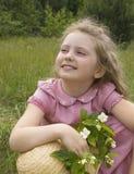 Flicka med en kvist av jasmin Arkivfoton
