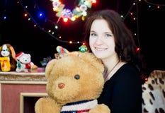 Flicka med en leksakbjörn i hans händer royaltyfri fotografi