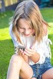 Flicka med en liten hamster Royaltyfri Bild