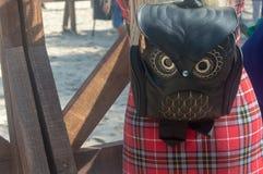 Flicka med en mörk ryggsäck på hennes tillbaka dag royaltyfri fotografi