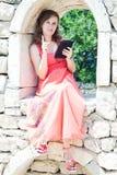 Flicka med en minnestavla royaltyfri fotografi