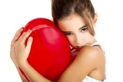 Flicka med en röd ballong Royaltyfri Bild