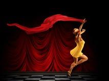 Flicka med en röd halsduk i rummet Royaltyfri Bild