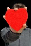 Flicka med en röd hjärta Fotografering för Bildbyråer