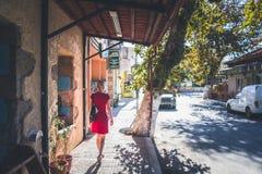 Flicka med en röd klänning arkivbilder