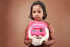Flicka med en santa maskering Arkivfoto