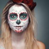 Flicka med en skalleframsidamakeup fotografering för bildbyråer