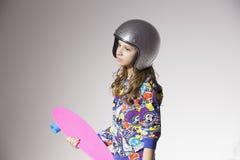 Flicka med en skateboard arkivbilder