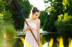 Flicka med en skovel Fotografering för Bildbyråer