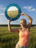 Flicka med en spegel Royaltyfri Bild
