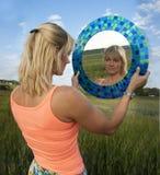 Flicka med en spegel Royaltyfria Foton