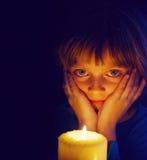 Flicka med en stearinljus Royaltyfri Bild