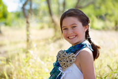 Flicka med en stor hjärta Fotografering för Bildbyråer