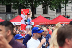 Flicka med en stor kanadensisk flagga på Kanada dagberömmar i London 2017 Arkivbilder