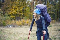 Flicka med en stor ryggsäck Royaltyfri Foto