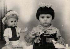 Flicka med en symaskin Arkivbild
