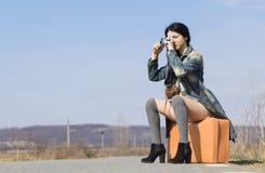 Flicka med en tappningkamera Arkivfoton