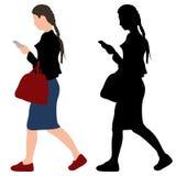 Flicka med en telefon och en påse Royaltyfri Bild