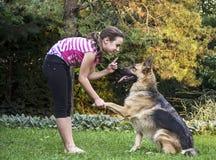 Flicka med en tysk herde Royaltyfria Foton